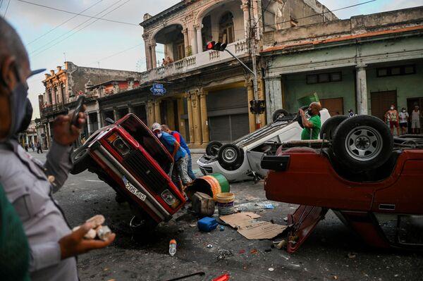Những chiếc ô tô bị lật trong lúc xảy ra biểu tình ở Havana - Sputnik Việt Nam