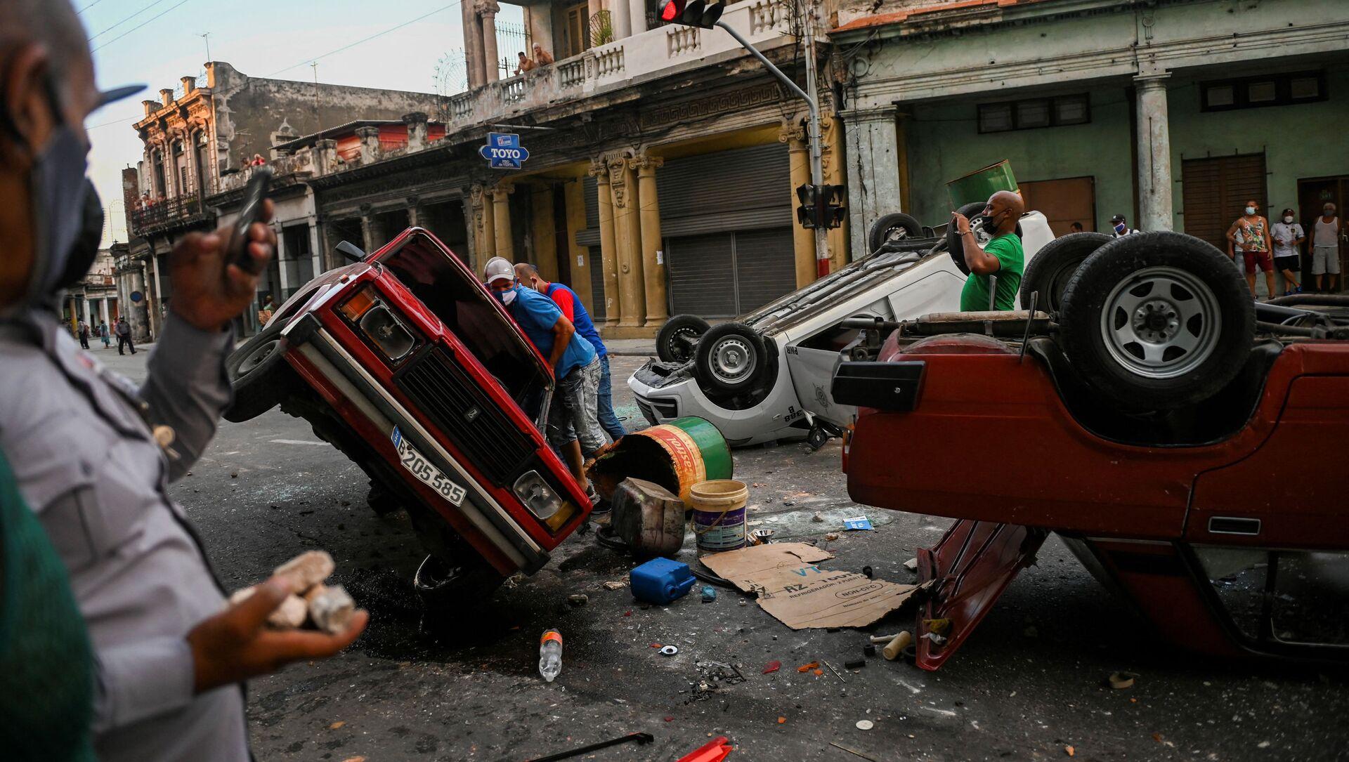Những chiếc ô tô bị lật trong lúc xảy ra biểu tình ở Havana - Sputnik Việt Nam, 1920, 17.07.2021