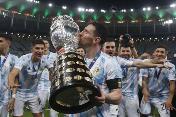 Danh thủ Argentina Lionel Messi hôn chiếc Cup sau khi đánh bại đội Brazil trong trận chung kết Cúp Bóng đá Mỹ - Sputnik Việt Nam