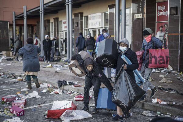 Đám bạo loạn cướp phá trung tâm mua sắm ở Vosloorus, Nam Phi - Sputnik Việt Nam
