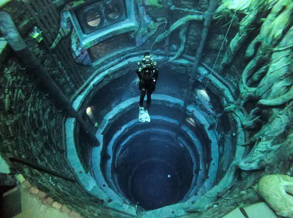 Lặn trong bể bơi Dive Dubai sâu nhất thế giới ở UAE - Sputnik Việt Nam