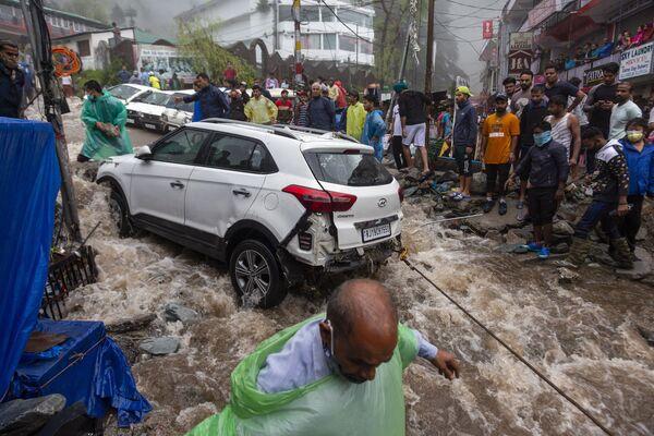 Mọi người cố gắng kéo chiếc ô tô bị hư hỏng trong trận lũ lụt ở Ấn Độ - Sputnik Việt Nam
