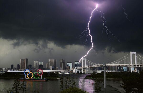 Sét trên cầu Rainbow Bridge ở Tokyo, Nhật Bản - Sputnik Việt Nam