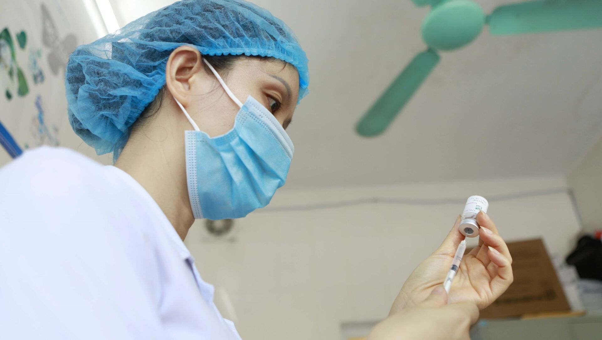 Chuẩn bị vaccine trước khi tiêm cho đối tượng ưu tiên tại Trung tâm y tế thành phố Vĩnh Yên, tỉnh Vĩnh Phúc - Sputnik Việt Nam, 1920, 16.07.2021