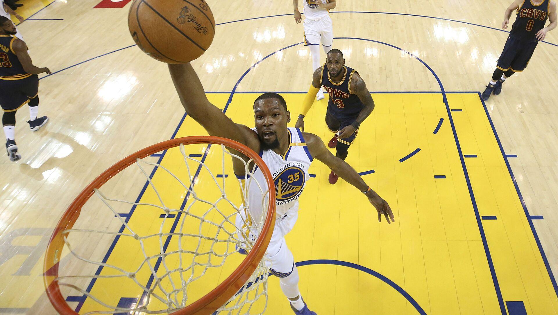 Cầu thủ bóng rổ chuyên nghiệp người Mỹ Kevin Durant, đang chơi cho Golden State Warriors và đội tuyển quốc gia Hoa Kỳ - Sputnik Việt Nam, 1920, 19.07.2021