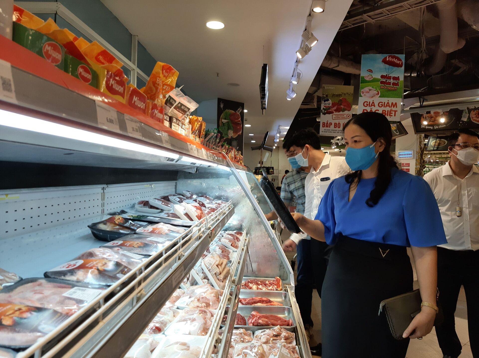 Đoàn kiểm tra của Sở Công Thương Hà Nội kiểm tra tại siêu thị Vinmart Trần Đăng Ninh (Cầu Giấy, Hà Nội) - Sputnik Việt Nam, 1920, 05.10.2021