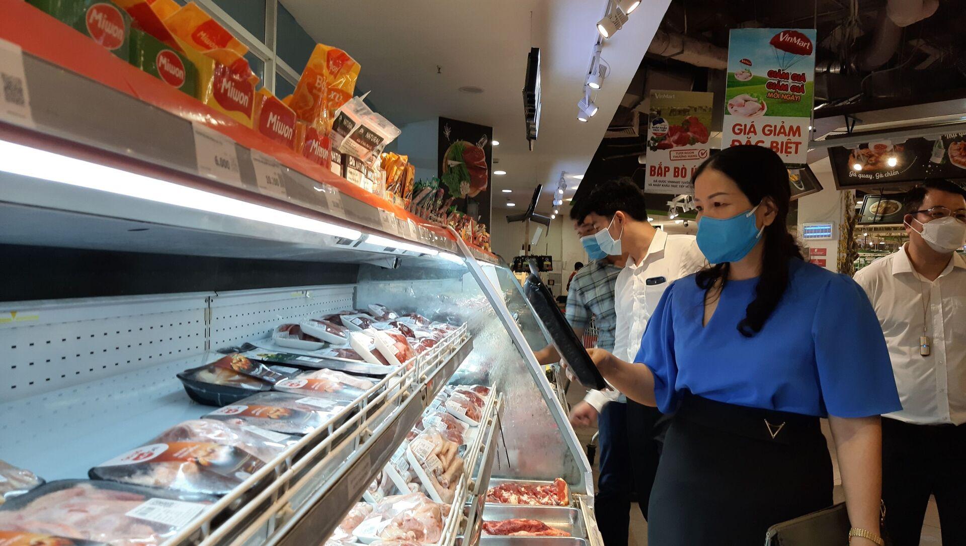 Đoàn kiểm tra của Sở Công Thương Hà Nội kiểm tra tại siêu thị Vinmart Trần Đăng Ninh (Cầu Giấy, Hà Nội) - Sputnik Việt Nam, 1920, 19.07.2021