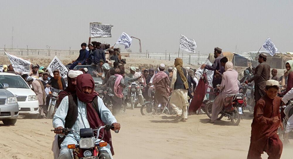 Những người trên xe, cầm cờ Taliban, tụ tập gần điểm qua Cổng Hữu nghị ở thị trấn biên giới Pakistan-Afghanistan của Chaman, Pakistan ngày 14 tháng 7 năm 2021