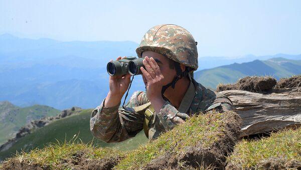 Một người lính Armenia nhìn qua ống nhòm tại vị trí của anh ta trên chiến tuyến ở vùng Tavush, Armenia - Sputnik Việt Nam