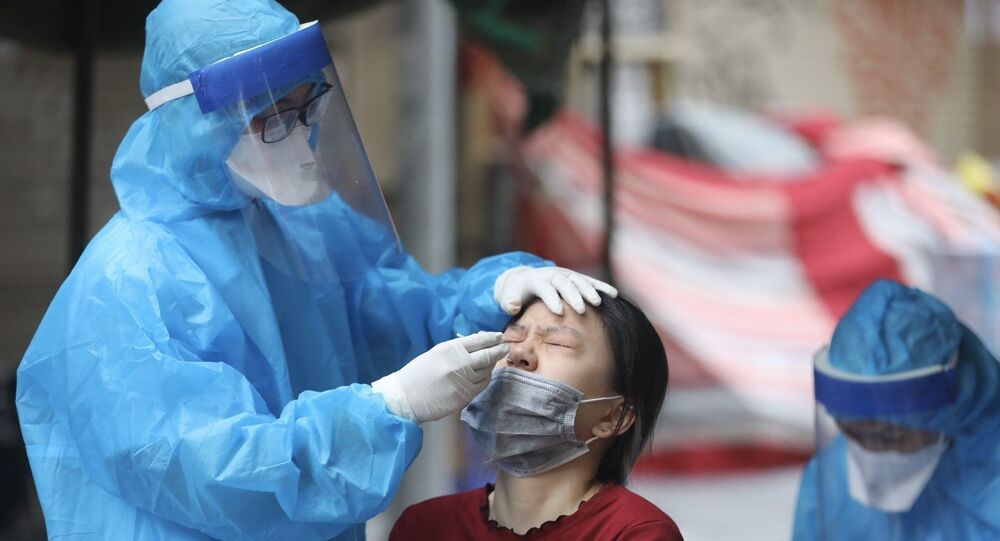 Nhân viên y tế quận Hoàn Kiếm lấy mẫu xét nghiệm COVID-19 cho các trường hợp có nguy cơ cao tại khu vực liên quan đến ca dương tính với SARS-CoV-2 tại phố Hàng Mắm (phường Lý Thái Tổ) ngày 18/7/2021.
