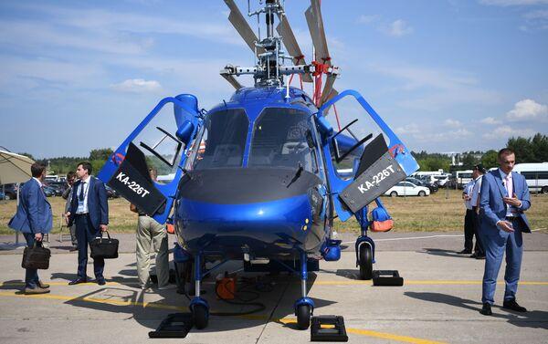 Các vị khách bên mẫu trực thăng đa năng Ka-226T của Nga tại MAKS-2021 - Sputnik Việt Nam