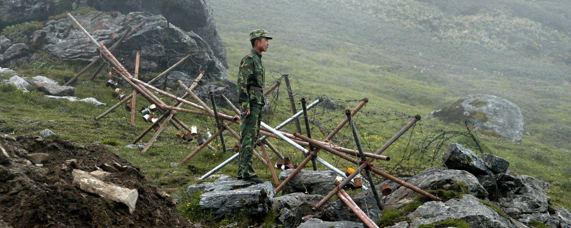 Lính biên phòng Trung Quốc bên hàng rào thép gai - Sputnik Việt Nam, 1920, 20.07.2021
