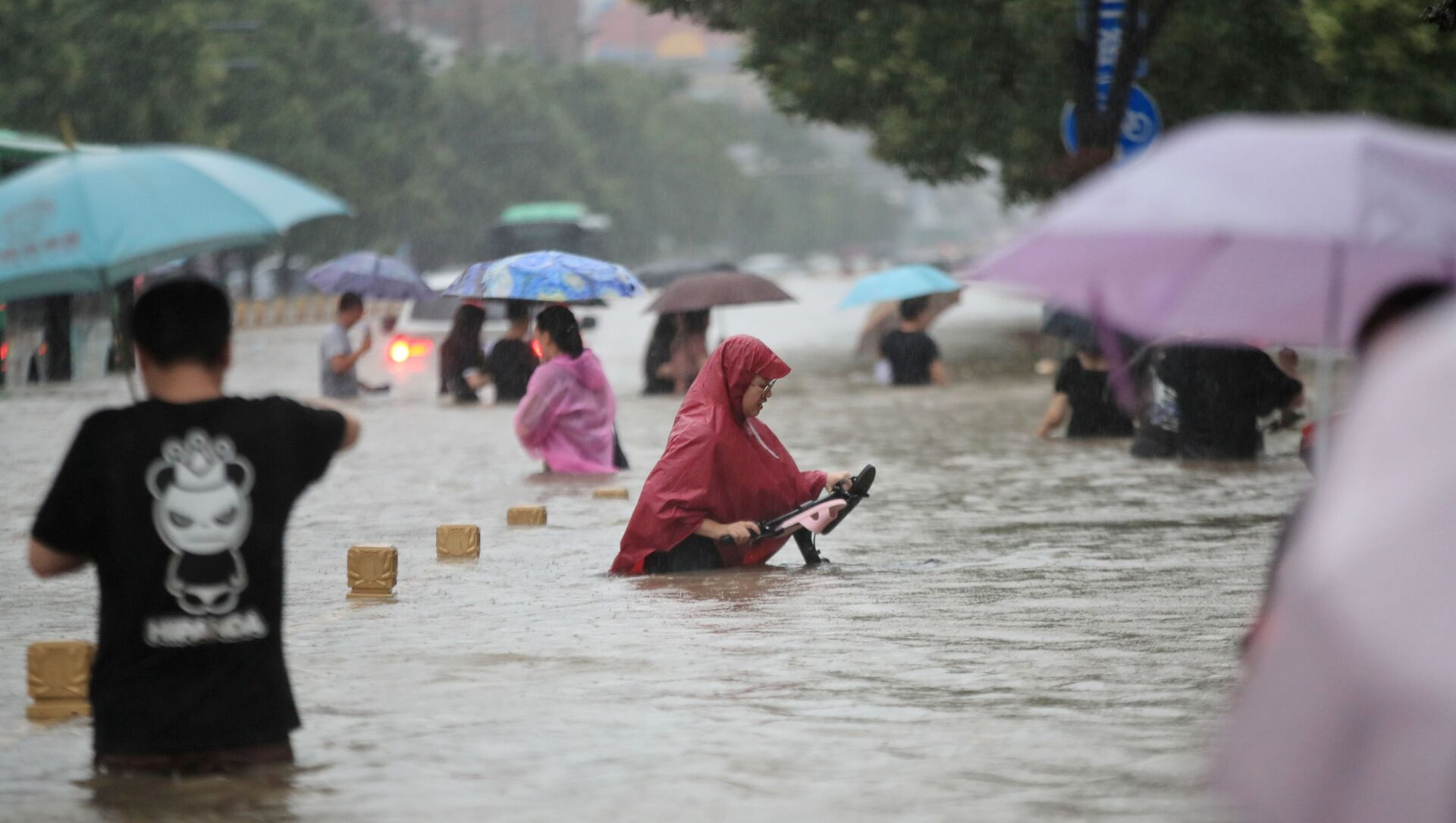 Người dân Trung Quốc trên những đường phố ngập lụt ở thành phố Trinh Châu, tỉnh Hà Nam, Trung Quốc, ngày 20/7/2021 - Sputnik Việt Nam, 1920, 21.07.2021