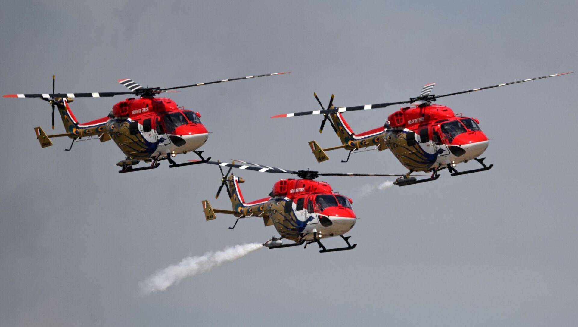 Đội nhào lộn Sarang (Ấn Độ) trên máy bay trực thăng tham gia chương trình bay tại sự kiện Hàng không và Vũ trụ Quốc tế MAKS-2021 - Sputnik Việt Nam, 1920, 21.07.2021