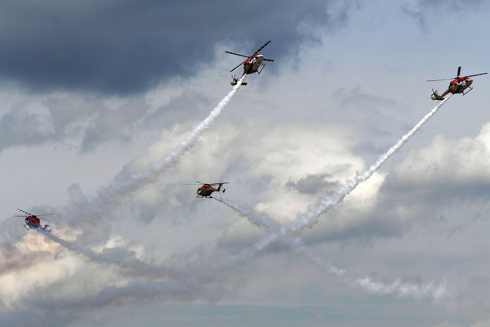 Đội nhào lộn trên máy bay trực thăng đến từ Ấn Độ lần đầu tiên trình diễn tại MAKS-2021 - Sputnik Việt Nam, 1920, 21.07.2021