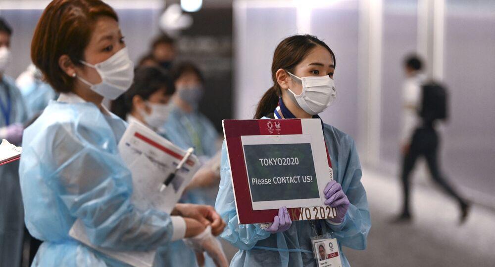 Nhân viên sân bay đón các vận động viên tham gia Thế vận hội 2020 tại sân bay Narita