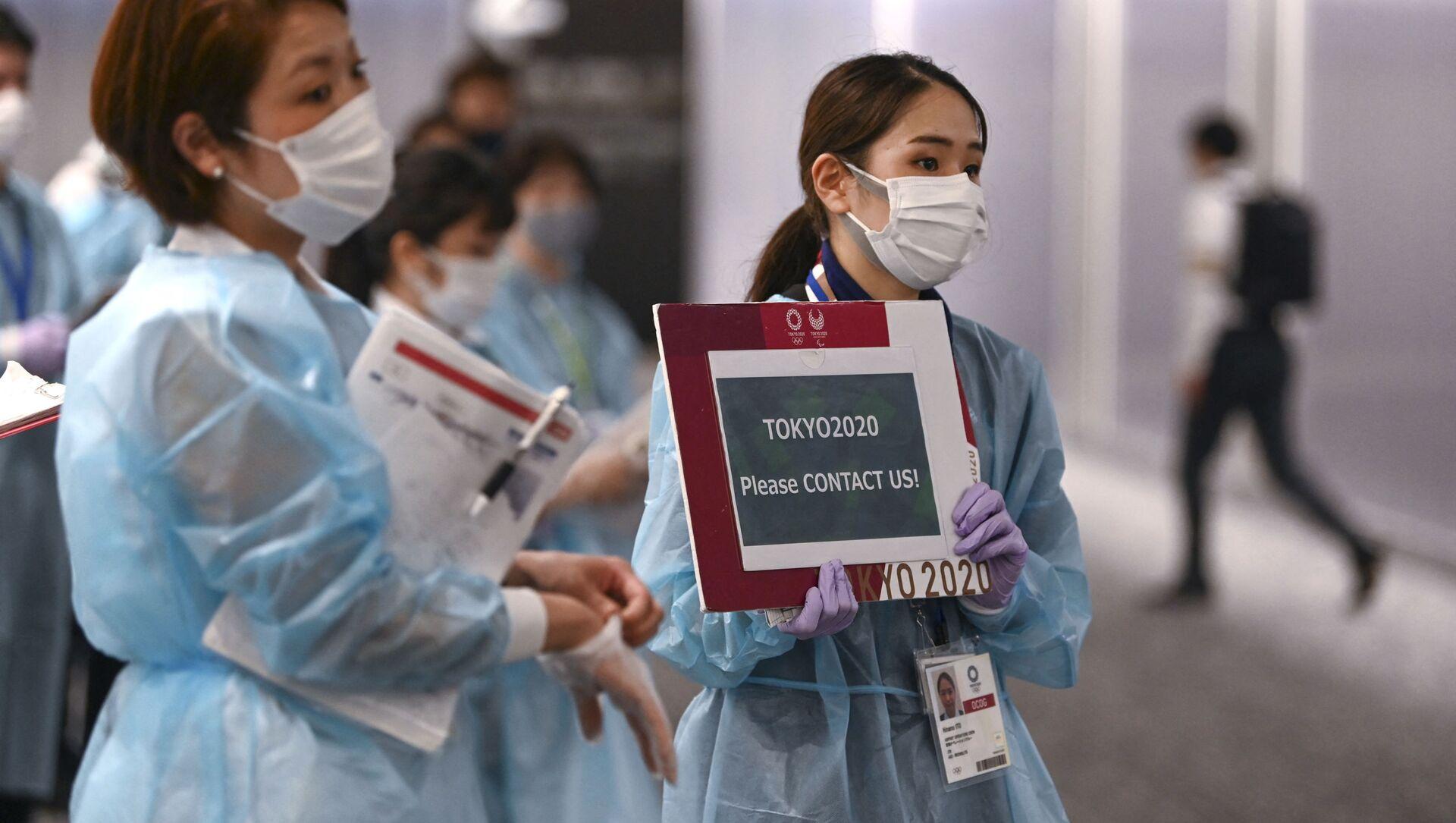 Nhân viên sân bay đón các vận động viên tham gia Thế vận hội 2020 tại sân bay Narita - Sputnik Việt Nam, 1920, 07.08.2021