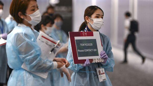 Nhân viên sân bay đón các vận động viên tham gia Thế vận hội 2020 tại sân bay Narita - Sputnik Việt Nam