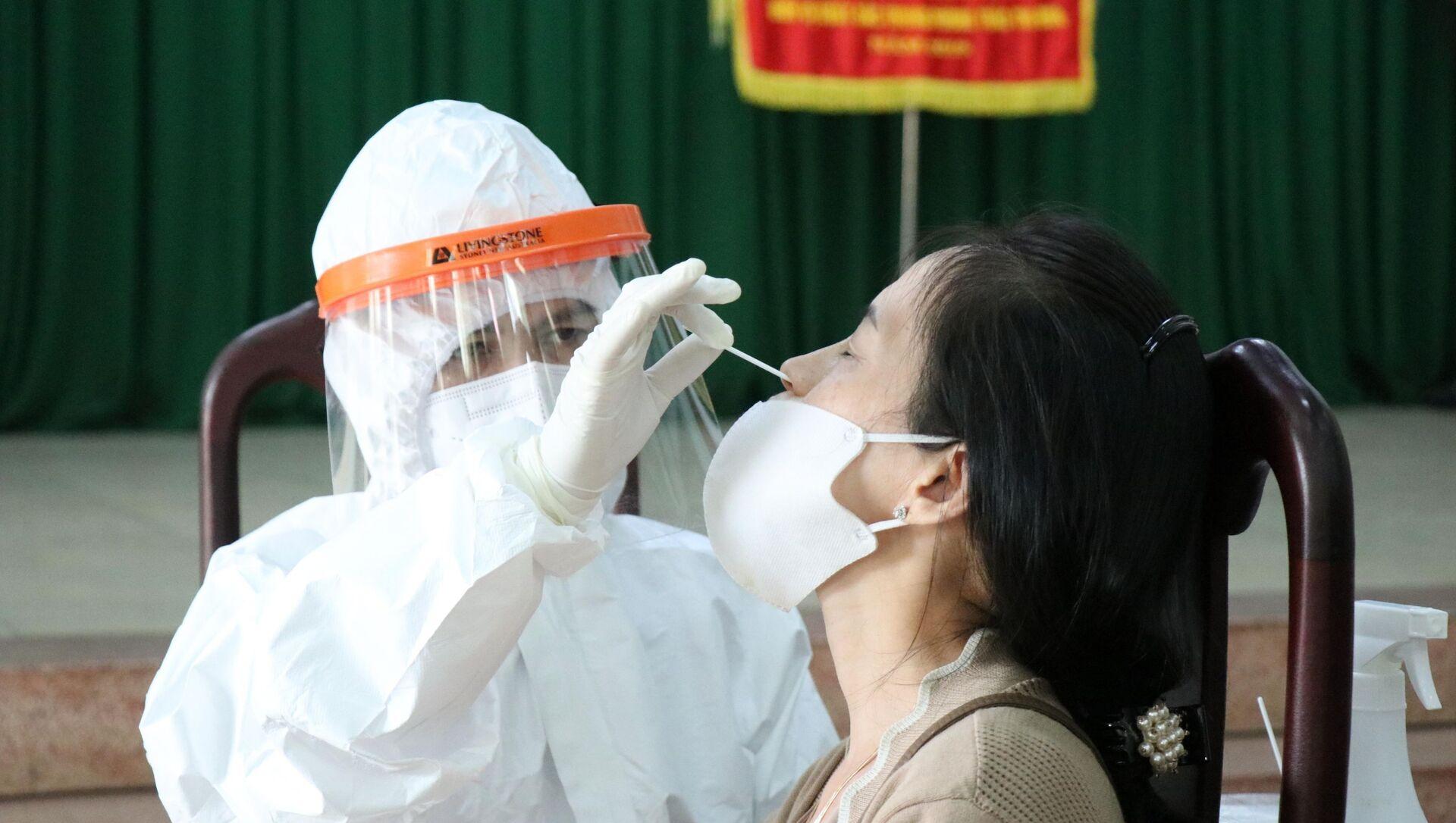 Lấy mẫu xét nghiệm cho tiểu thương chợ Nguyễn Thị Minh Khai, thành phố Buôn Ma Thuột do có yếu tố dịch tễ liên quan đến bệnh nhân COVID-19. - Sputnik Việt Nam, 1920, 09.08.2021