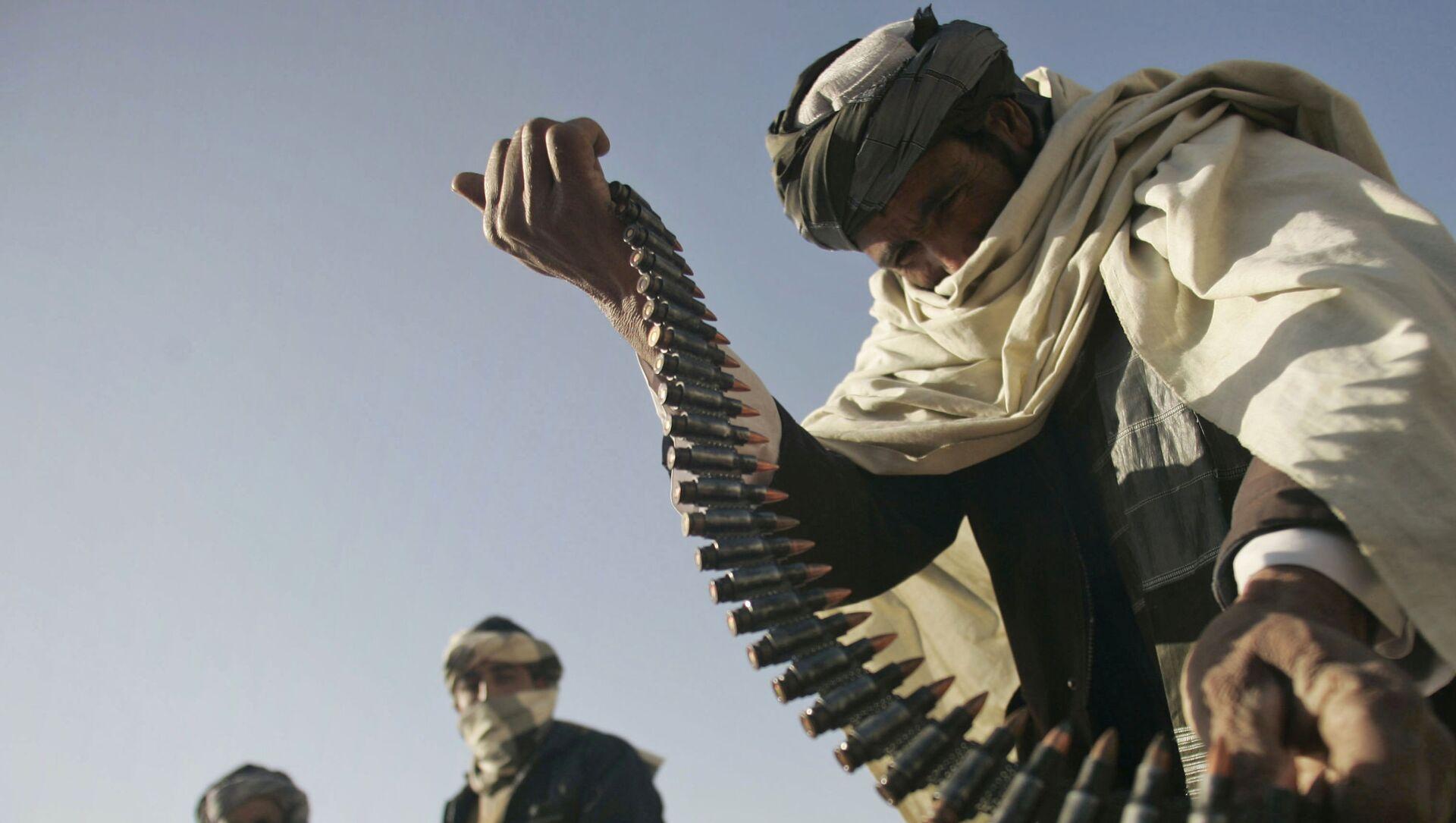 Cựu chiến binh Taliban cầm băng đạn trong tay - Sputnik Việt Nam, 1920, 20.09.2021