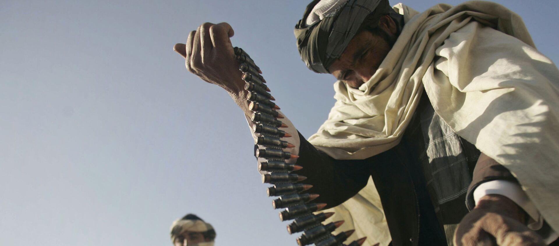 Cựu chiến binh Taliban cầm băng đạn trong tay - Sputnik Việt Nam, 1920, 02.08.2021