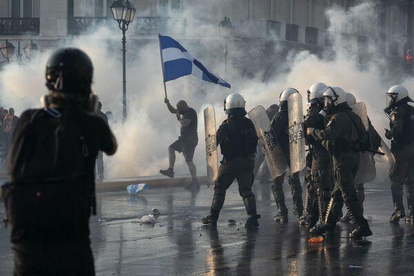 Cảnh sát Hy Lạp dùng hơi cay để giải tán những người biểu tình chống tiêm chủng ở trung tâm Athens - Sputnik Việt Nam