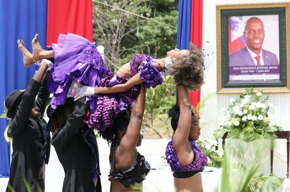 Vũ công Haiti biểu diễn trong buổi lễ tôn vinh cố Tổng thống Haiti Jovenel Moise tại Bảo tàng Quốc gia Pantheon ở Port-au-Prince, Haiti - Sputnik Việt Nam