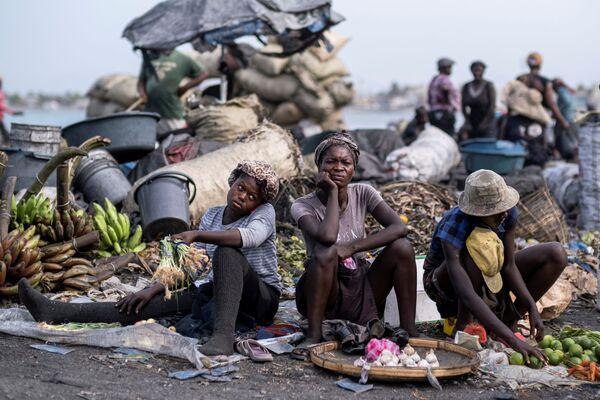 Những người bán hoa quả tại khu chợ ở Cap Haitien, Haiti - Sputnik Việt Nam