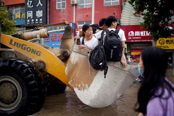 Người dân trên xe xúc sau trận mưa lớn ở Trịnh Châu, Trung Quốc - Sputnik Việt Nam