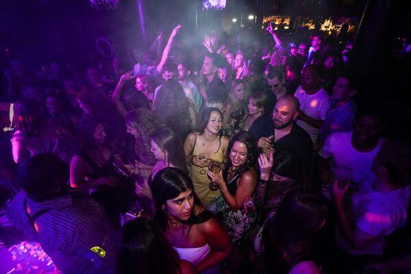 Vũ trường tại quán bar ở London sau khi dỡ bỏ các hạn  - Sputnik Việt Nam