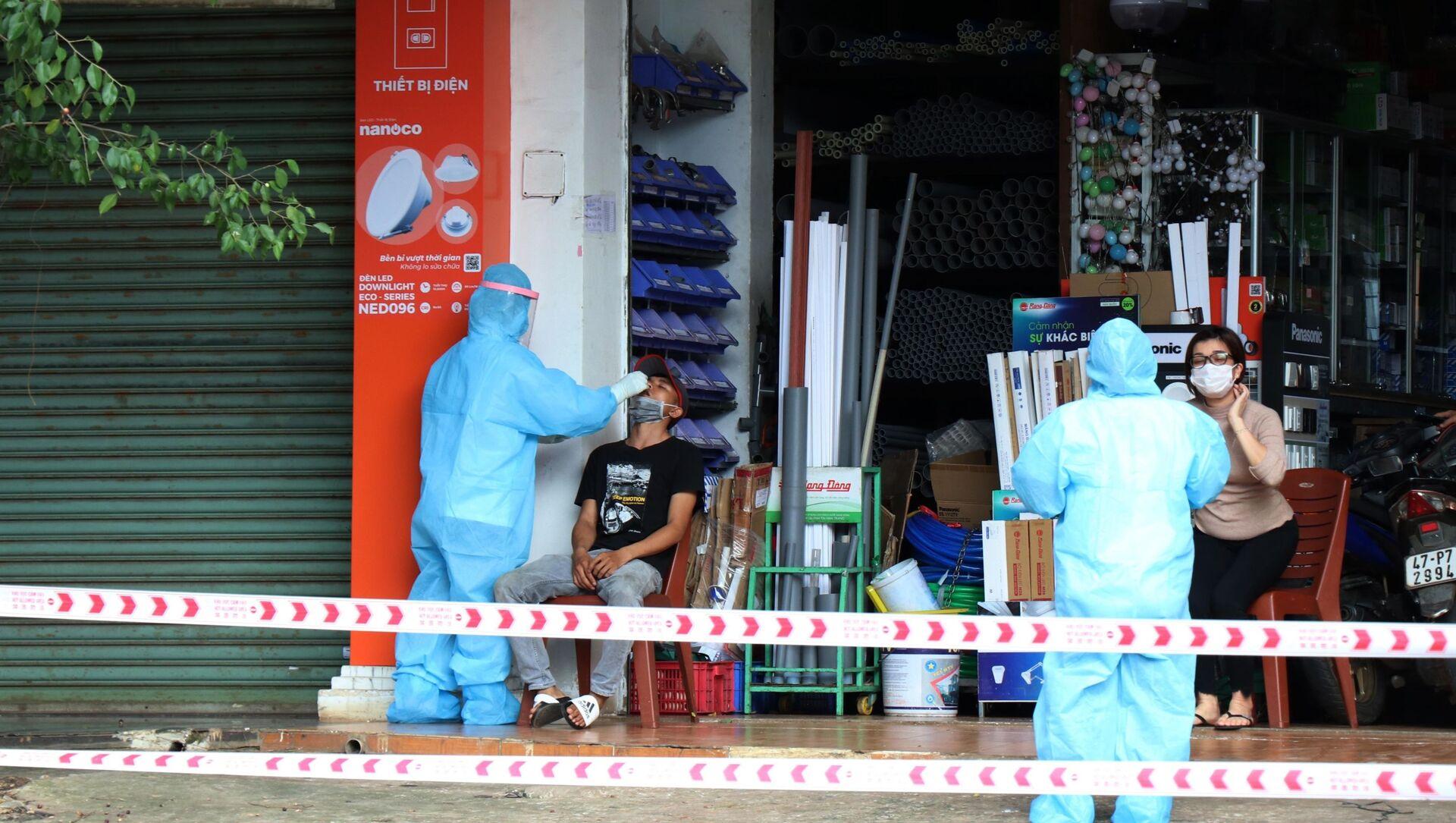 Lấy mẫu xét nghiệm cho người dân tại khu phong tỏa do bệnh nhân mắc COVID-19 tại phường Tân Thành, thành phố Buôn Ma Thuột.  - Sputnik Việt Nam, 1920, 23.07.2021