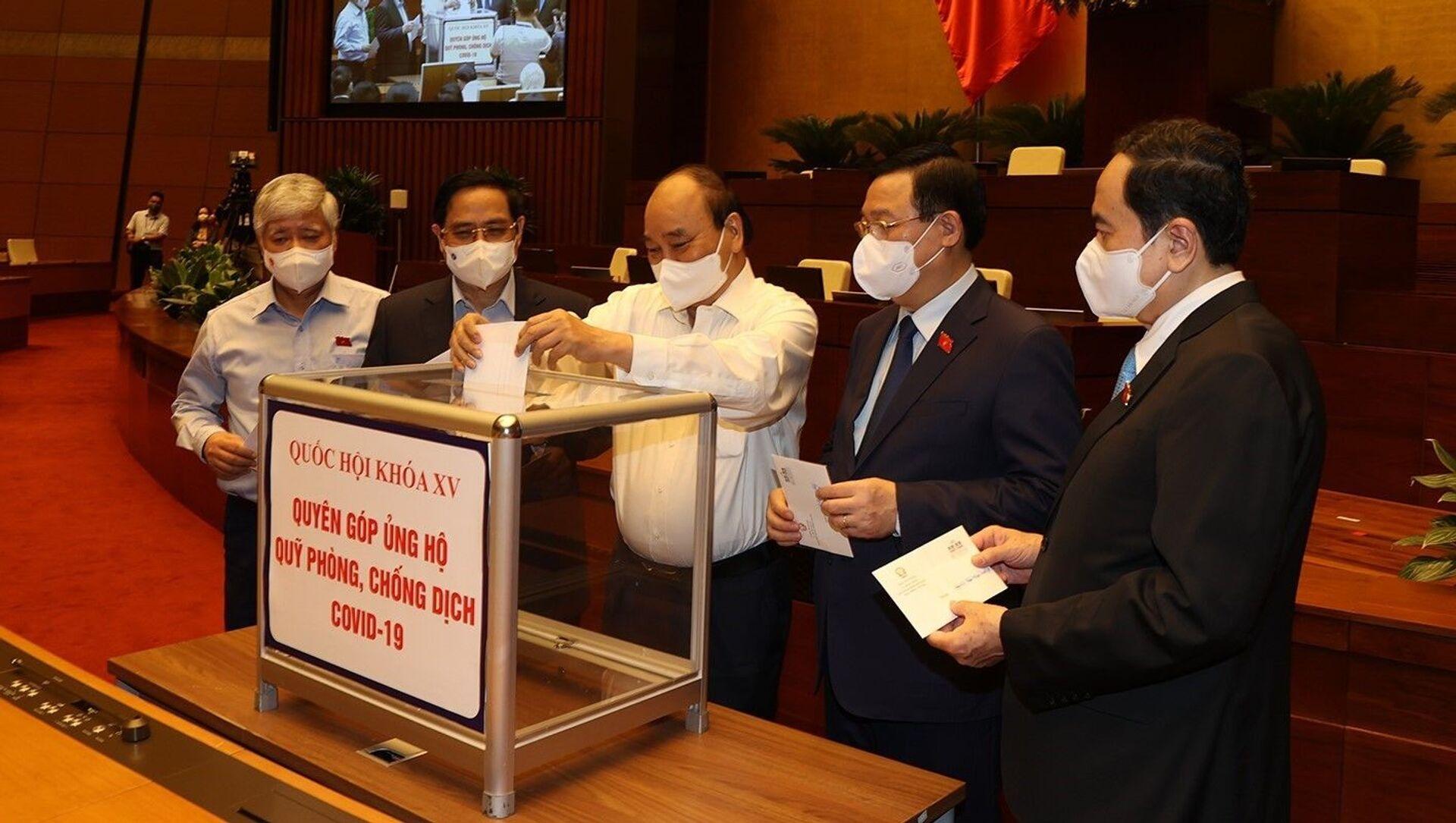 Đại biểu Quốc hội quyên góp ủng hộ Quỹ vaccine phòng, chống dịch COVID–19 - Sputnik Việt Nam, 1920, 24.07.2021