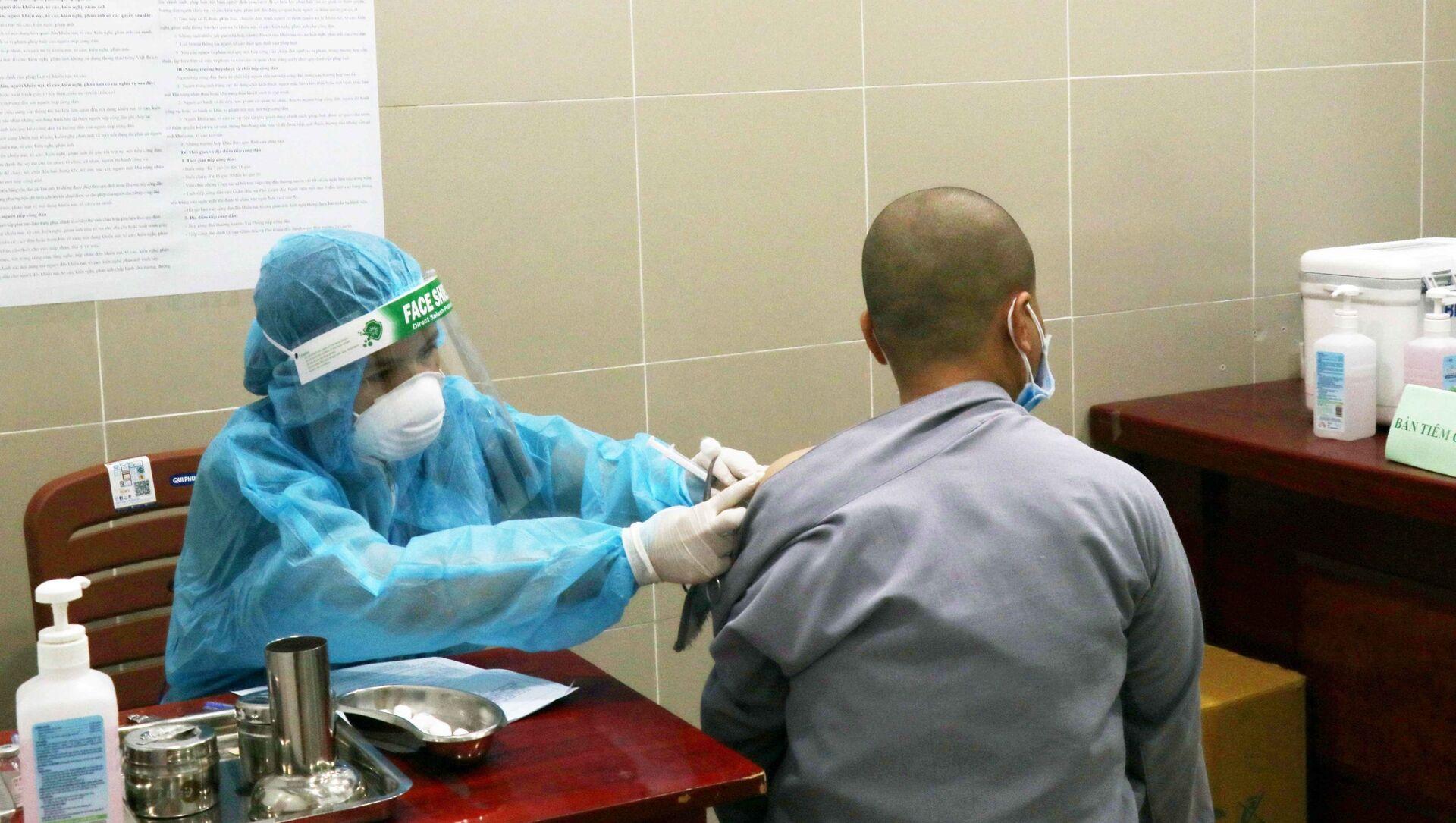 Một chư Ni tình nguyện tham gia hỗ trợ tuyến đầu chống dịch được tiêm vaccine phòng COVID-19 tại Bệnh viện Quận 11 - Sputnik Việt Nam, 1920, 27.07.2021