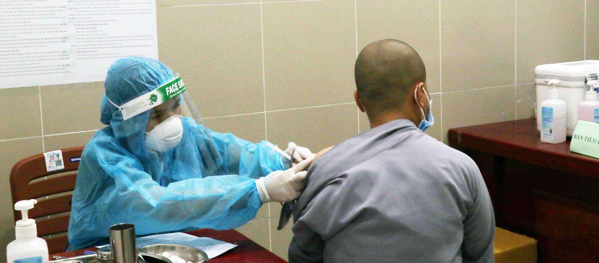 Một chư Ni tình nguyện tham gia hỗ trợ tuyến đầu chống dịch được tiêm vaccine phòng COVID-19 tại Bệnh viện Quận 11 - Sputnik Việt Nam, 1920, 25.07.2021
