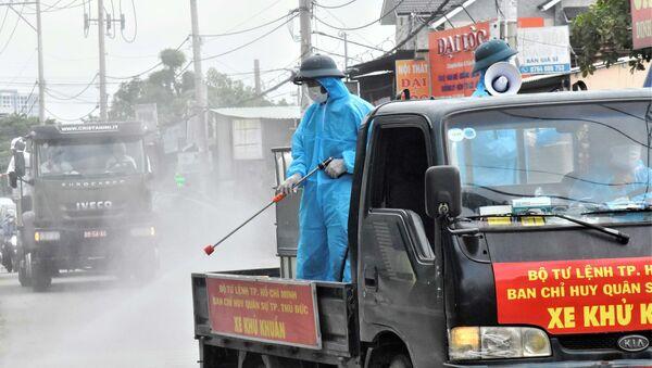 Bộ đội phòng hóa phun khử khuẩn, tiêu độc trên các tuyến đường ở TP Thủ Đức - Sputnik Việt Nam