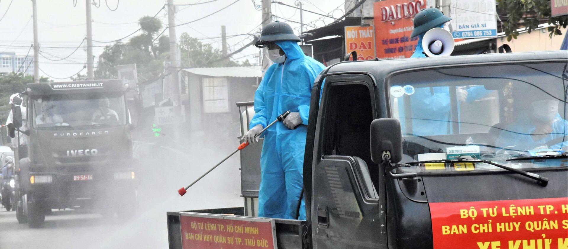 Bộ đội phòng hóa phun khử khuẩn, tiêu độc trên các tuyến đường ở TP Thủ Đức - Sputnik Việt Nam, 1920, 25.07.2021
