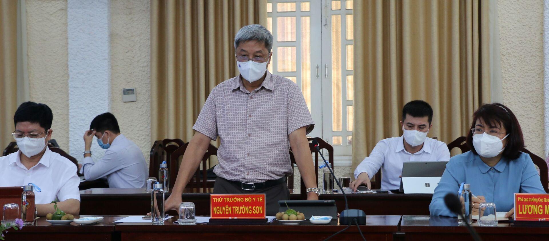 Thứ trưởng Bộ Y tế Nguyễn Trường Sơn phát biểu tại buổi làm việc - Sputnik Việt Nam, 1920, 10.09.2021