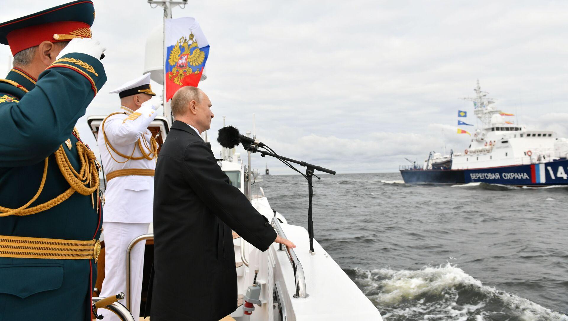 Tổng thống Nga Vladimir Putin phát biểu tại lễ diễu binh kỷ niệm Ngày thành lập Hải quân Nga - Sputnik Việt Nam, 1920, 25.07.2021