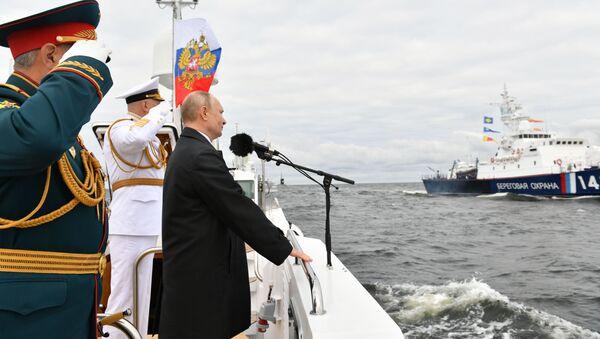 Tổng thống Nga Vladimir Putin phát biểu tại lễ diễu binh kỷ niệm Ngày thành lập Hải quân Nga - Sputnik Việt Nam