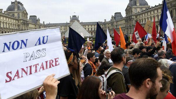 Cuộc biểu tình nhằm chống lại việc mở rộng thực tế ban hành thẻ vệ sinh ở Pháp - Sputnik Việt Nam