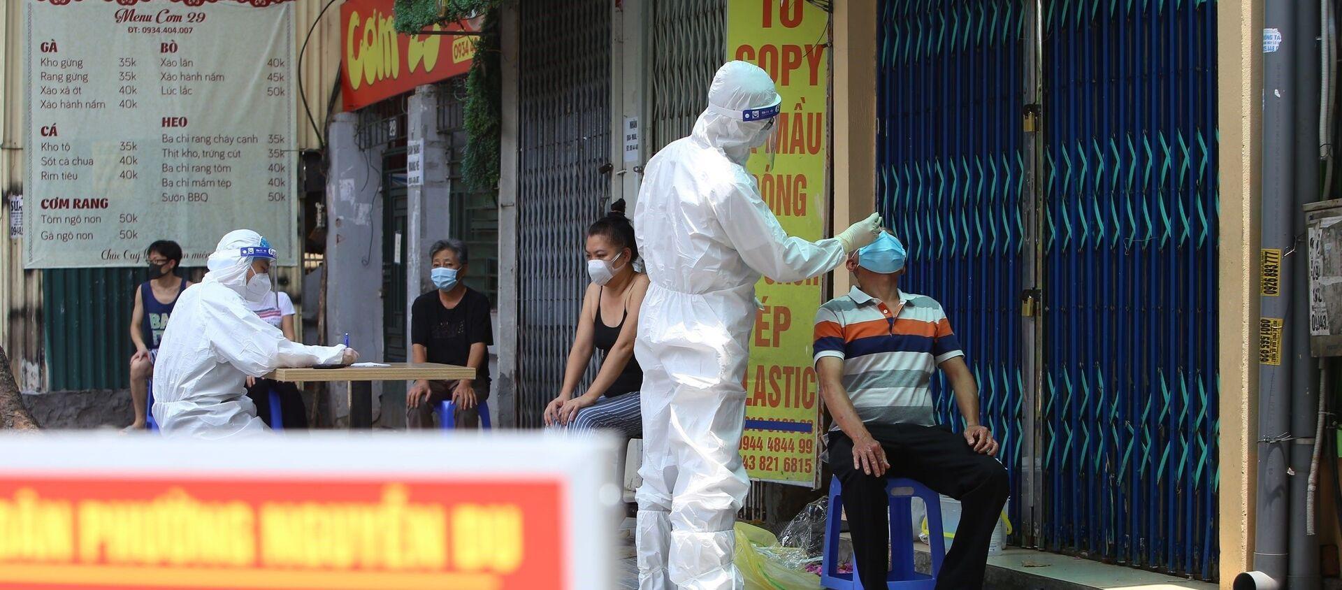 Lực lượng y tế quận Hai Bà Trưng lấy mẫu xét nghiệm cho người dân phố Tô Hiến Thành - Sputnik Việt Nam, 1920, 25.07.2021