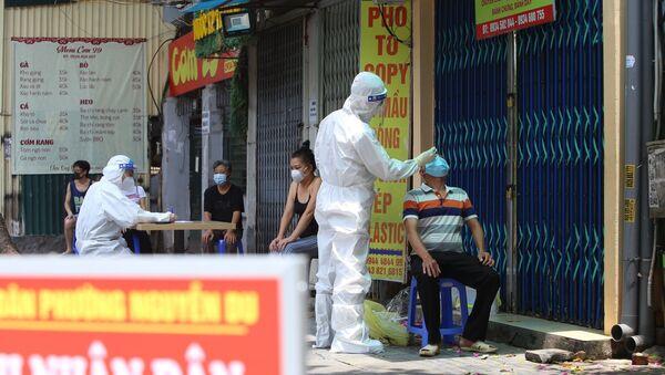 Lực lượng y tế quận Hai Bà Trưng lấy mẫu xét nghiệm cho người dân phố Tô Hiến Thành - Sputnik Việt Nam