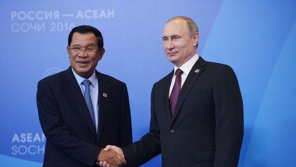 Cuộc gặp giữa thủ tướng Campuchia Hun Sen và tổng thống LB Nga Vladimir Putin trong khuôn khổ Diễn đàn Nga-ASEAN ở Sochi năm 2016 - Sputnik Việt Nam
