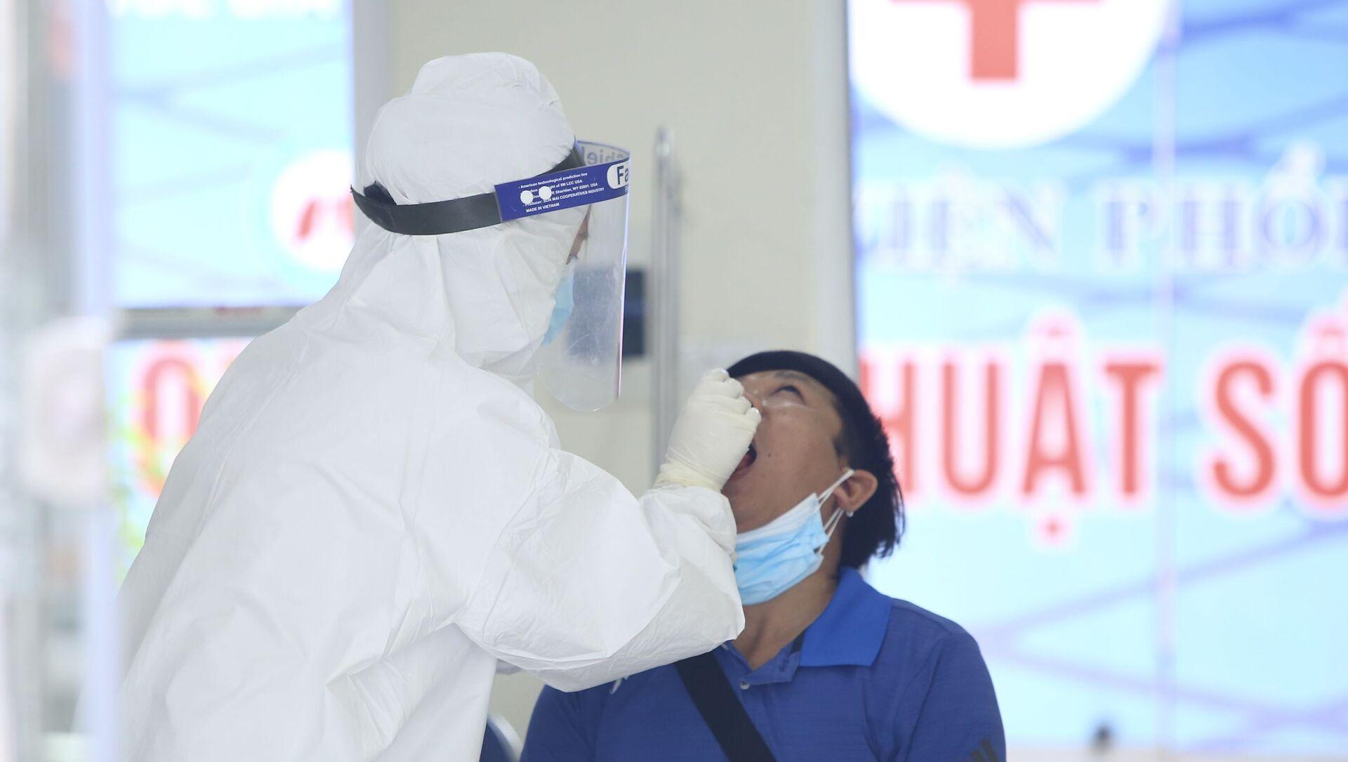 Lấy mẫu xét nghiệm COVID-19 toàn bộ nhân viên Bệnh viện Phổi Hà Nội - Sputnik Việt Nam, 1920, 01.09.2021