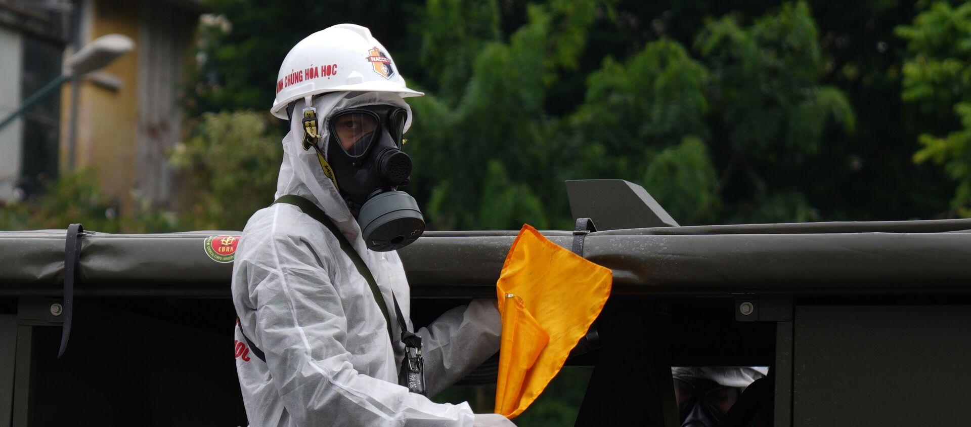 Lực lượng quân đội phun khử khuẩn vào sáng 26/7 - Sputnik Việt Nam, 1920, 25.08.2021