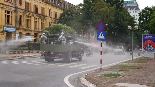 Lực lượng quân đội phun khử khuẩn vào sáng 26/7 - Sputnik Việt Nam