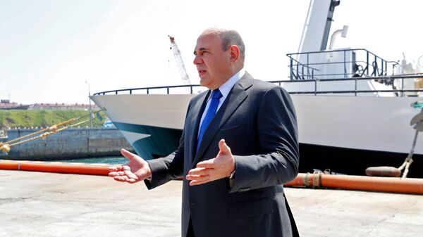 Thủ tướng Nga Mikhail Mishustin nói chuyện với đại diện ngành đánh bắt cá trên đảo Iturup nằm ở phía nam Kuril - Sputnik Việt Nam