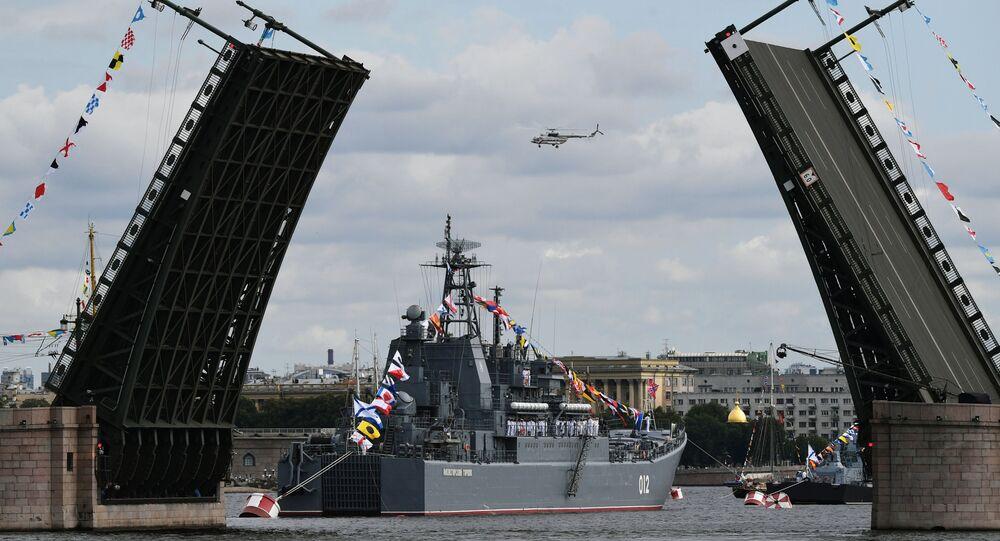 Tàu đổ bộ cỡ lớn Thợ mỏ Olenegorsky trước cuộc duyệt binh chính của lực lượng hải quân nhằm vinh danh Ngày của Hải quân ở St.Petersburg