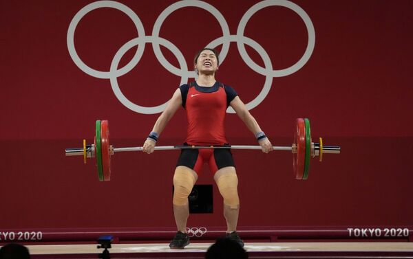 Vận động viên cử tạ Hoàng Thị Duyên thi đấu tại Olympic Tokyo 2020, Nhật Bản. - Sputnik Việt Nam