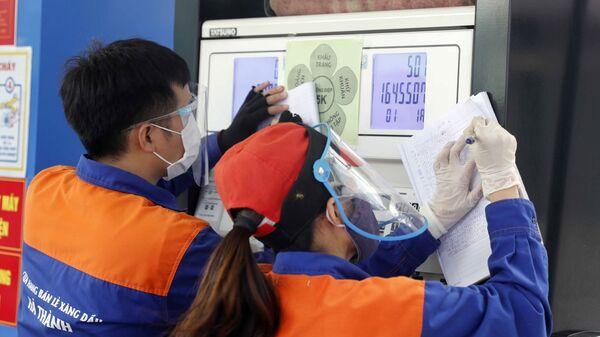 Nhân viên cửa hàng xăng dầu điều chỉnh giá bán - Sputnik Việt Nam